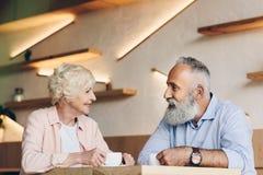 взгляд со стороны старших пар имея переговор пока выпивающ кофе совместно Стоковая Фотография RF