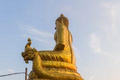 Взгляд со стороны статуи Будды окружая большую статую Будды на Стоковое Фото