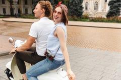 Взгляд со стороны счастливых молодых симпатичных пар ехать совместно стоковые изображения