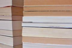 Взгляд со стороны угла множественных старых штабелированных книг стоковое изображение rf