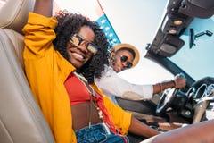 взгляд со стороны усмехаясь Афро-американских пар с американским флагом Стоковая Фотография RF