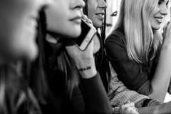 Взгляд со стороны 4 усмехаясь друзей сидя таблицей в кафе Стоковая Фотография RF