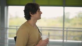 Взгляд со стороны человека в бежевой футболке идя в тоннель акции видеоматериалы