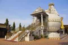 Взгляд со стороны Shree Shankheshwar Parshnath Tirth - Jain виска Kalash, площади пошлины Somatane, Пуны стоковое фото rf