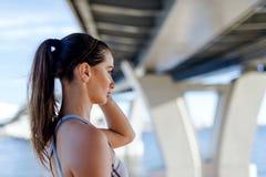 Взгляд со стороны sporty женщины Стоковое Фото