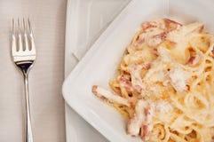 взгляд спагетти макроса вилки carbonara Стоковое Фото