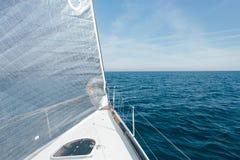 Взгляд спинакера и mainsail на паруснике стоковые фото