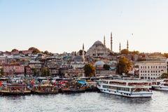 Взгляд Стамбула через золотой рожок с мечетью Suleymaniye стоковое фото