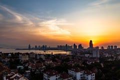 Взгляд старого городка и Qingdao преследуют от холма равенства XiaoYuShan стоковые фото