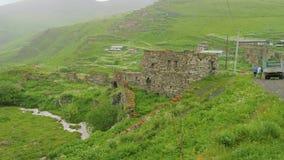Взгляд старого загубленного дома, части горного села сток-видео