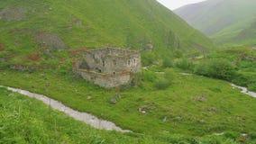 Взгляд старого загубленного дома, части горного села акции видеоматериалы