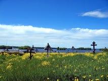 Взгляд старого кладбища церковного двора Кладбище с рахитичными крестами ледовитый Лапландии природы русский северно Остров Kizhi стоковые фото