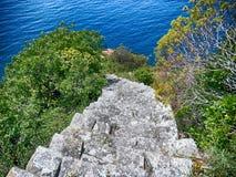 Взгляд старой каменной лестницы водя к Monesteroli, малой деревни рыболовов в Ла Spezia, около Cinque Terre, Италия Стоковые Фото