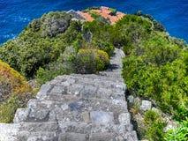 Взгляд старой каменной лестницы водя к Monesteroli, малой деревни рыболовов в Ла Spezia, около Cinque Terre, Италия Стоковое Изображение
