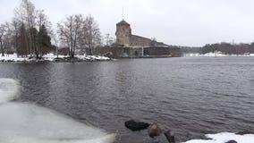 Взгляд старой крепости Olavinlinna, дня в марте Savonlinna, Финляндия акции видеоматериалы