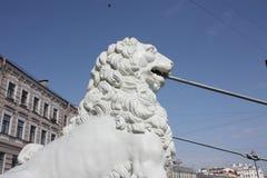 Взгляд статуй белых львов и фасада стоковая фотография rf