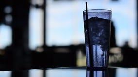 Взгляд стекла воды перед ярким окном видеоматериал