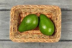 Взгляд столешницы - 2 всех груши авокадоа в прямоугольной корзине Стоковые Изображения