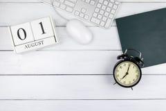 Взгляд столешницы календаря, часов, клавиатуры и мыши стоковая фотография