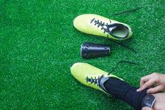 Взгляд столешницы предпосылки футбола или футбольного сезона Плоский игрок положения подготавливает перед спичкой конкурсной Стоковые Изображения