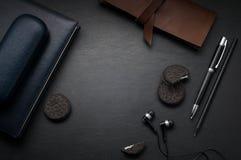 Взгляд столешницы стола офиса черный кожаный с космосом экземпляра стоковые изображения