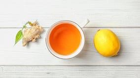 Взгляд столешницы, чашка свежо заваренного чая, лимон, и сухой имбирь стоковые фотографии rf
