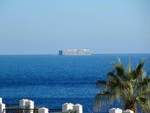 Взгляд странного необыкновенного корабля рано утром от balcon стоковые фотографии rf