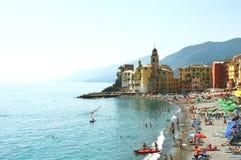 Взгляд сценарного среднеземноморского побережья riviera панорамный городка Camogli с базиликой Santa Maria Assunta и красочных ме стоковые фото