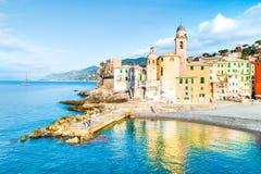 Взгляд сценарного среднеземноморского побережья riviera панорамный городка Camogli в Лигурии, Италии Базилика Santa Maria Assunta стоковое изображение