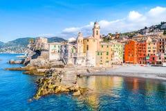 Взгляд сценарного среднеземноморского побережья riviera панорамный городка Camogli в Лигурии, Италии Базилика Santa Maria Assunta стоковое фото rf