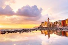 Взгляд сценарного среднеземноморского побережья riviera панорамный городка Camogli в Лигурии, Италии Базилика Santa Maria Assunta стоковая фотография