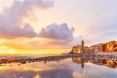 Взгляд сценарного среднеземноморского побережья riviera панорамный городка Camogli в Лигурии, Италии Базилика Santa Maria Assunta стоковые фотографии rf