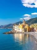 Взгляд сценарного среднеземноморского побережья riviera панорамный городка Camogli в Лигурии, Италии Базилика Santa Maria Assunta стоковые изображения