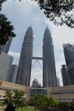 Взгляд Твин-Тауэрс Petronas в Куалае-Лумпур, Малайзии стоковая фотография