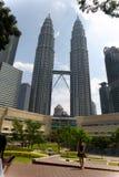 Взгляд Твин-Тауэрс Petronas в Куалае-Лумпур, Малайзии стоковое фото