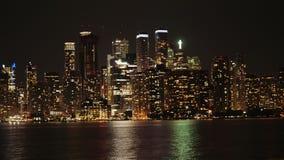 Взгляд типичного центра города в вечере Взгляд от стороны залива, небоскребы отразил в воде сток-видео