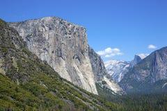 Взгляд тоннеля с El Capitan и половинным куполом Стоковое Изображение