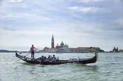 Взгляд традиционной гондолы на канале большом с церковью Сан Giorgio Maggiore на заднем плане в солнечном дне, Сан Marco, Венеции Стоковое Фото