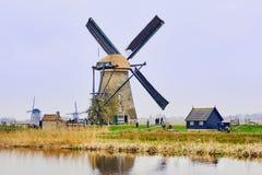 Взгляд традиционных ветрянок XVIII века и канала воды в Kinderdijk, Голландии, Нидерландах стоковые фото