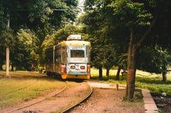 Взгляд традиционных общественных трамвая и трамвайной линии kolkata, Индии стоковое фото rf