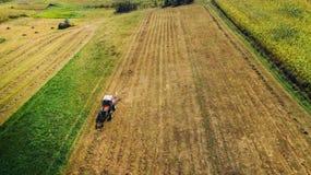 Взгляд трутня - аграрные детали Сбор индустрии с фермером и машинным оборудованием стоковая фотография rf