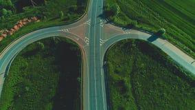 Взгляд трутня движения автомобилей на соединениях вилки шоссе 4K