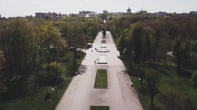 Взгляд трутня на переулке в парке на солнечный день весной в городке сток-видео