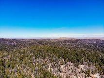 Взгляд трутня сверху оправа мира смотря через горы Сан Бернардино к пустыне Мохаве Стоковые Изображения RF