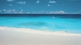 взгляд трутня 4K туристов пар ослабляя в воде океана бирюзы кристально  сток-видео