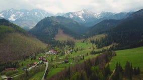 Взгляд трутня Slovakian деревни в горах Tatras сток-видео