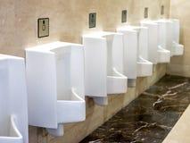 Взгляд туалета Man's расположенный в Бандунге, Индонезии стоковое изображение