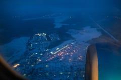 Взгляд турбины воздушных судн через иллюминатор стоковые фото