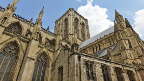 Взгляд туристов высоких на монастырской церкви Йорк Стоковые Фотографии RF