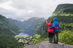 Взгляд туристской деревни Geiranger, Норвегии Стоковые Фотографии RF